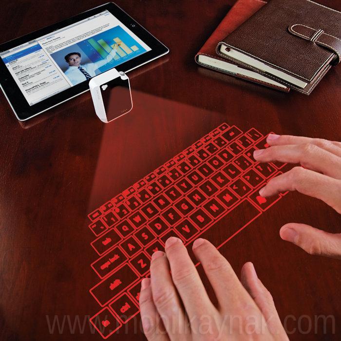 masaya yansıyan klavye
